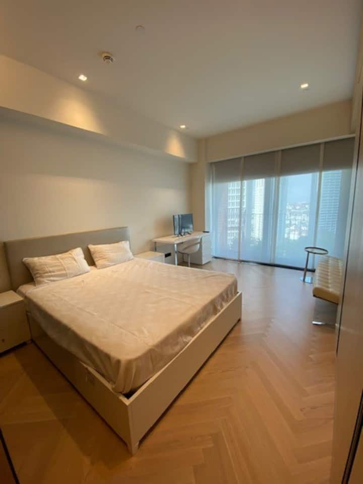 Beautifully-designed studio in a central location
