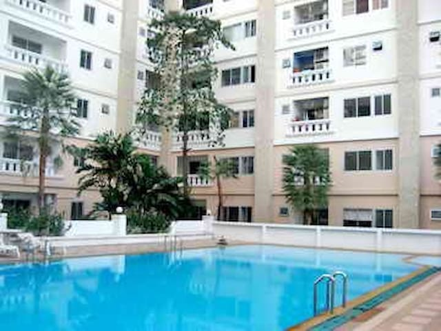 Near sky train/swimming pool/gym - Bangkok - Apartamento