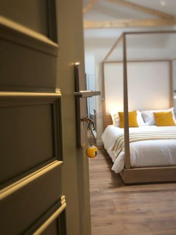 Nine Ball Room: Venez vous détendre dans notre suite à l'atmosphère cocooning.  Une literie haut de gamme vous attends pour passer une nuit réparatrice. ( lit 160 ) Toutes nos chambres sont climatisés et disposent d'un maximum de confort.