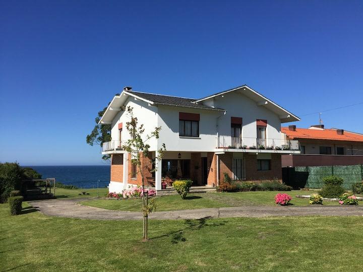 Casa con jardín y acceso directo al mar