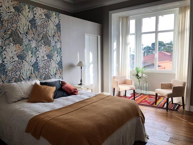 Chambre 25m2 avec grand dressing, TV, bay window côté est