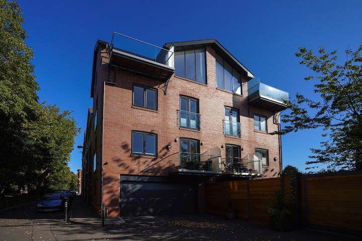 Large Townhouse nr waterfront with private parking
