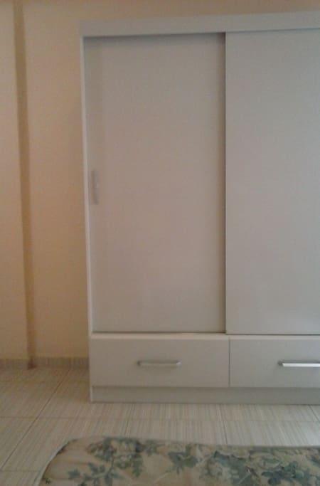 armário novo no quarto com 2 portas de correr e 2 gavetas