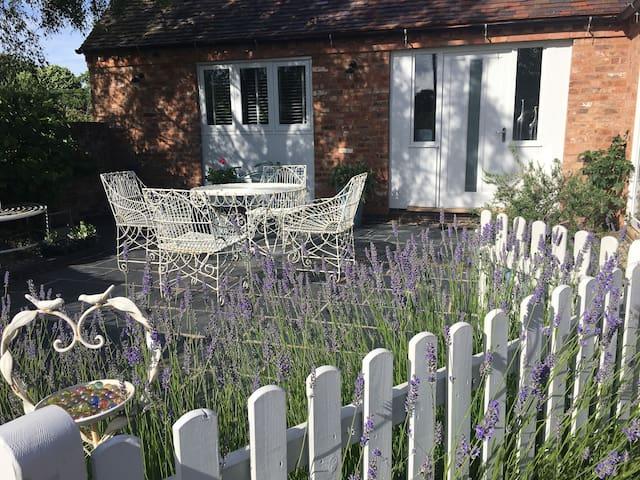 Stylish pet friendly cottage near Malvern Hills