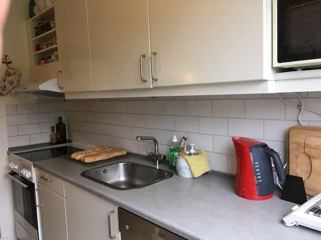 Komfur, microbølgeovn. Opvaskemaskine kan bentttes når service er skyllet af.  Ledig hylde i køleskab og skab.