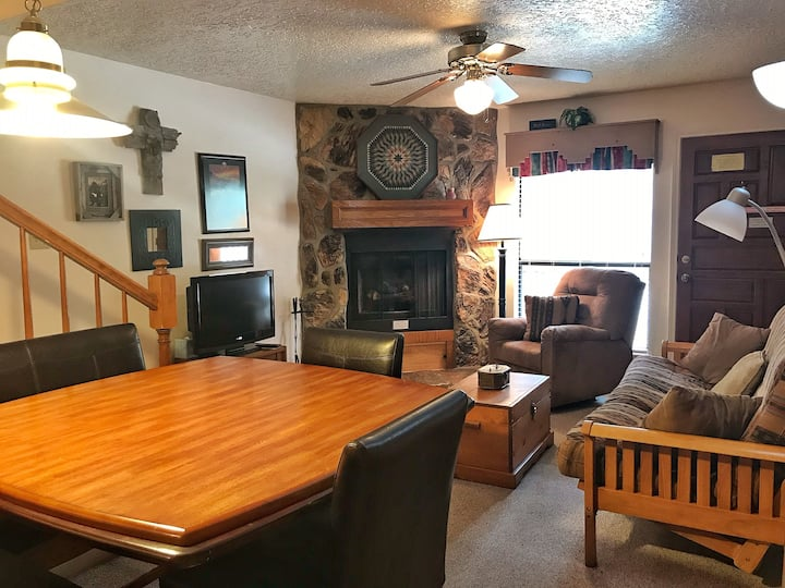 Valley Condo 107 - High-Speed Fiber Optic - Gas Fireplace - Washer/Dryer - Hot Tub