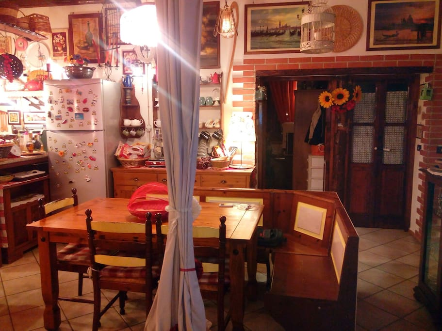 Salone-cucina in comune con noi host