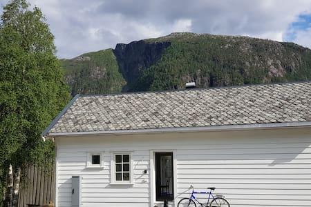 Mellom Preikestolen og Trolltunga, Samuelshuset