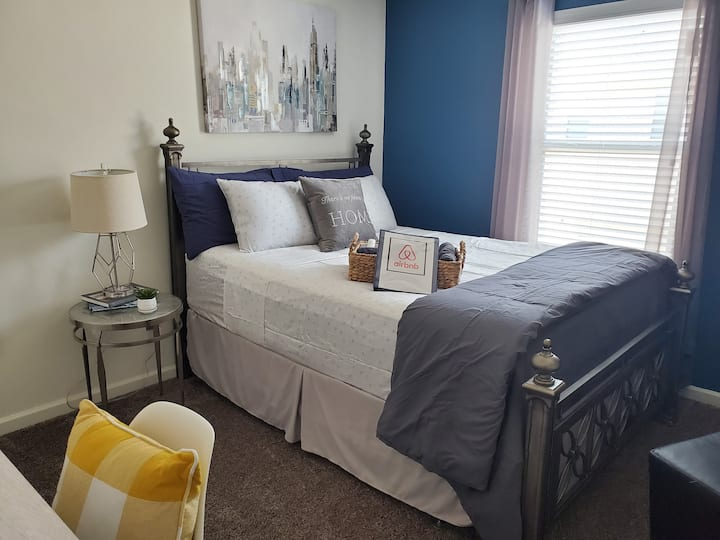 Re-decorated private bedroom in new townhome