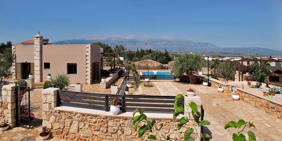 Villa Stelios-Ch,4bd,2ba villa with private pool