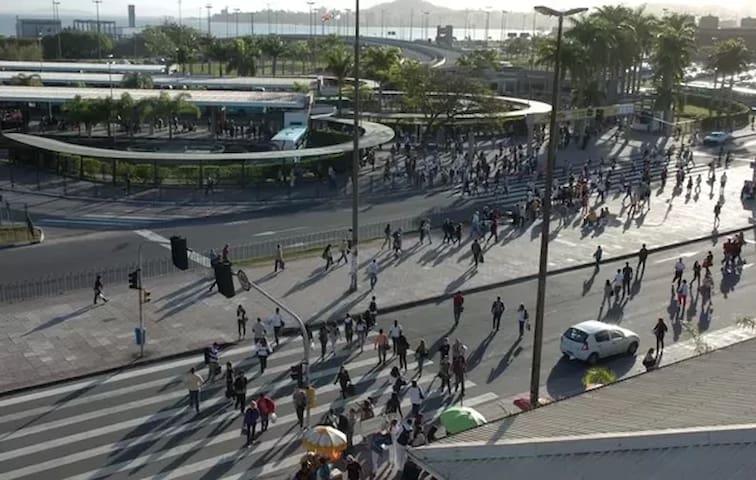 TICEN (Terminal Integrado do Centro), com onibus para a ilha inteira e também para o continente.