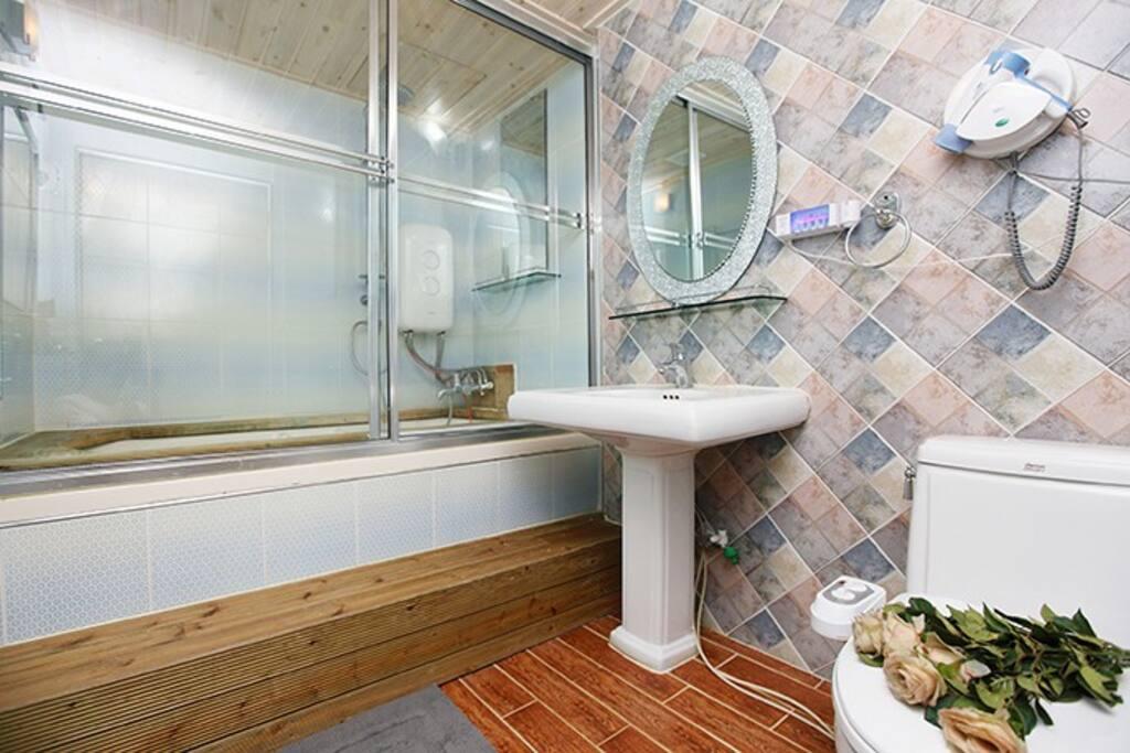 안방처럼 깨끗하고 럭셔리한 화장실