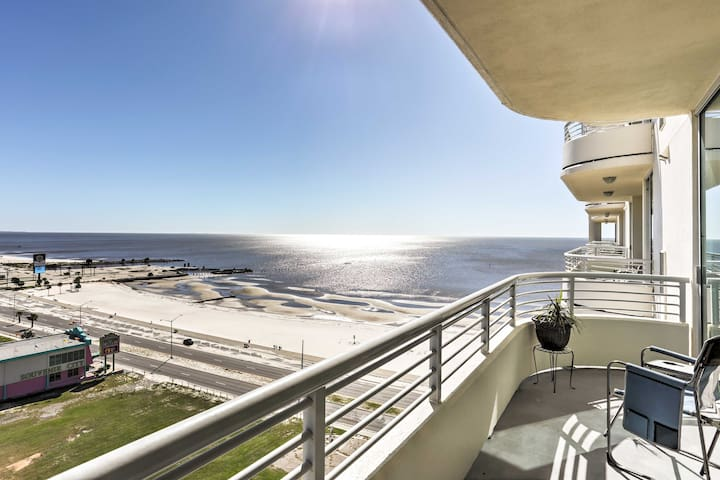 Beachfront Biloxi Condo w/Ocean View & Pool Access