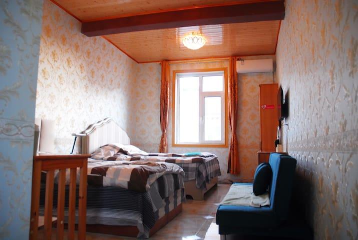 二楼亲子房,1.8米大床,1.2米单人床各一张