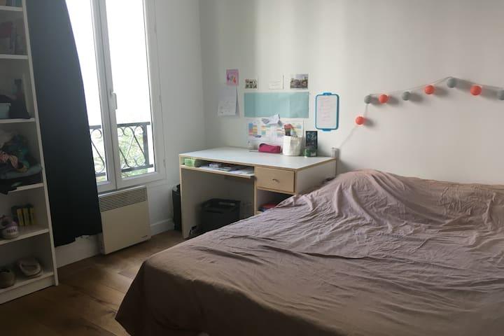 Chambre lumineuse dans une charmante maison