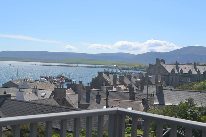 Central Stromness apartment with amazing views