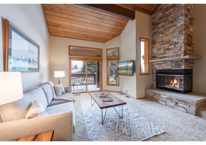 Ridgepoint 3BR - Ski in Ski Out At Silver Lake Village, Sleeps 8, Private Hot Tub!