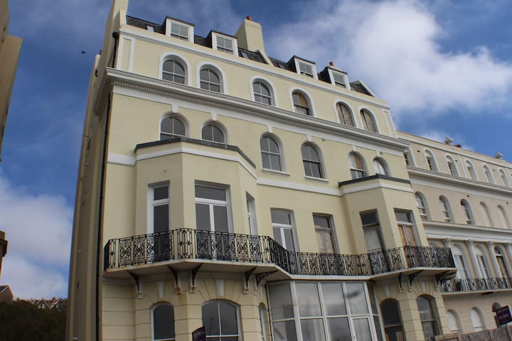Stylish seaview flat 12 in Grade 2 listed house
