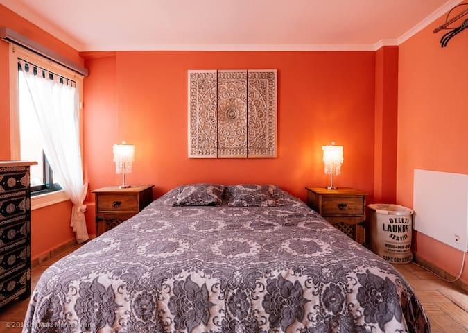 Schlafzimmer mit Doppelbett/Masterbedroom with king size bed