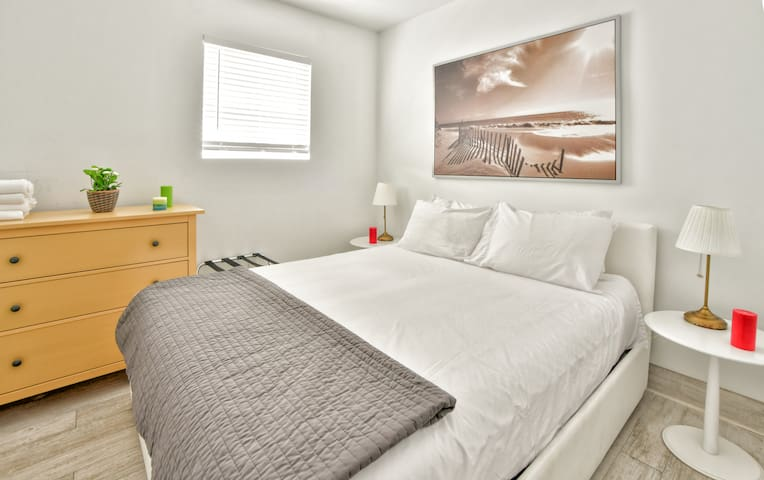 Amazing Brand New One Bedroom Fully Renovated - Sleeps (6) | No Cleaning Fee M