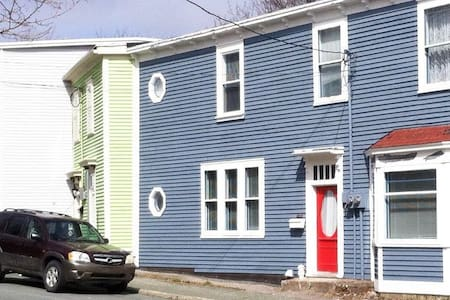 Queen Bed in Rowhouse Close to Downtown St. John's - Apartment