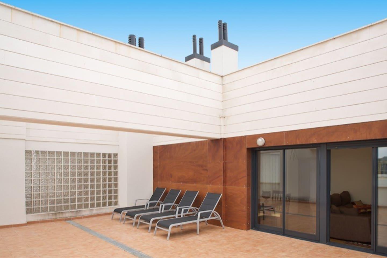 Amplísima terraza de 100 m2, con hamacas, mesa de comedor y sillas.  VISTAS AL MAR.