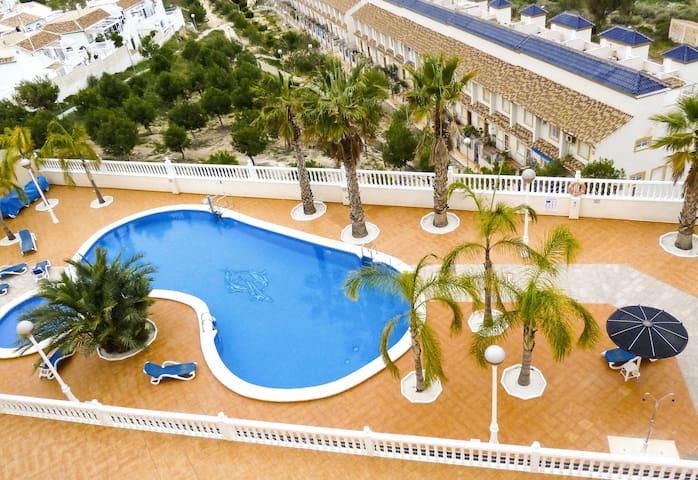Très belle piscine avec bassin pour enfants et espace détente