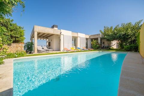 Illa: Nuostabi vila su baseinu, sodu ir vaizdais