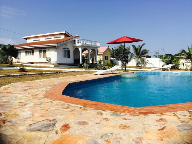 Lovely ocean view bungalow with swimming pool - Greater Accra