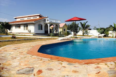 Beautiful sea view bungalow with swimming pool - Hus