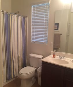 Private bedroom, shared bathroom - North Las Vegas - Haus