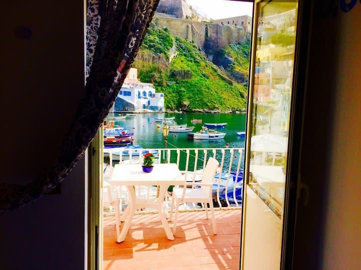 Un romantico terrazzino sul mare