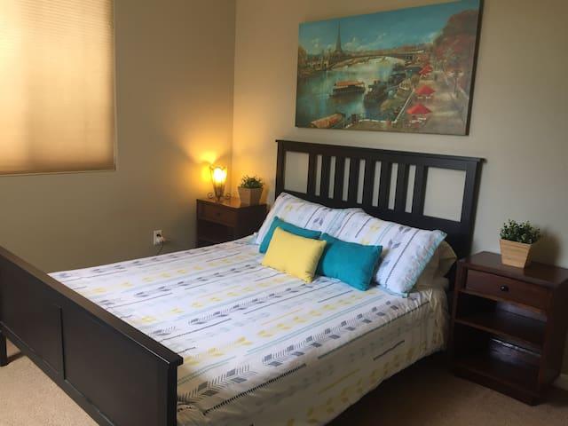 Modern Decor Private #4 w/Queen Bed