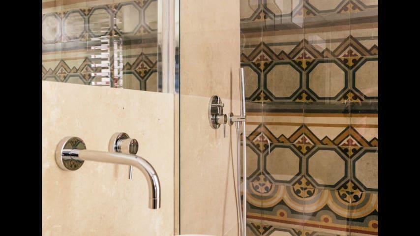 Dettaglio doccia e lavabo