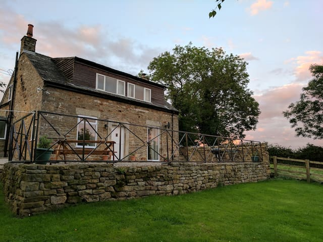 Modern cottage with beautiful views and fast wifi
