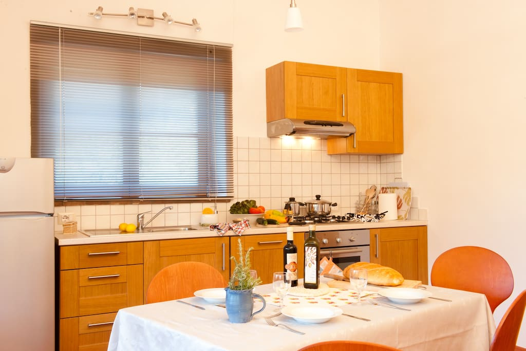 The kitchen and dining corner in Pecora Azzurra