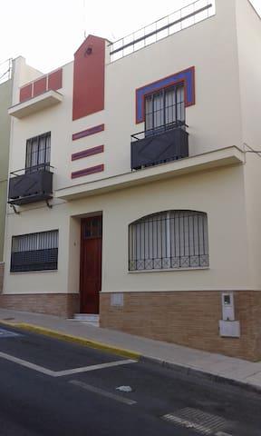 casa muy amplia y cercana a sevilla - Alcalá de Guadaíra - House