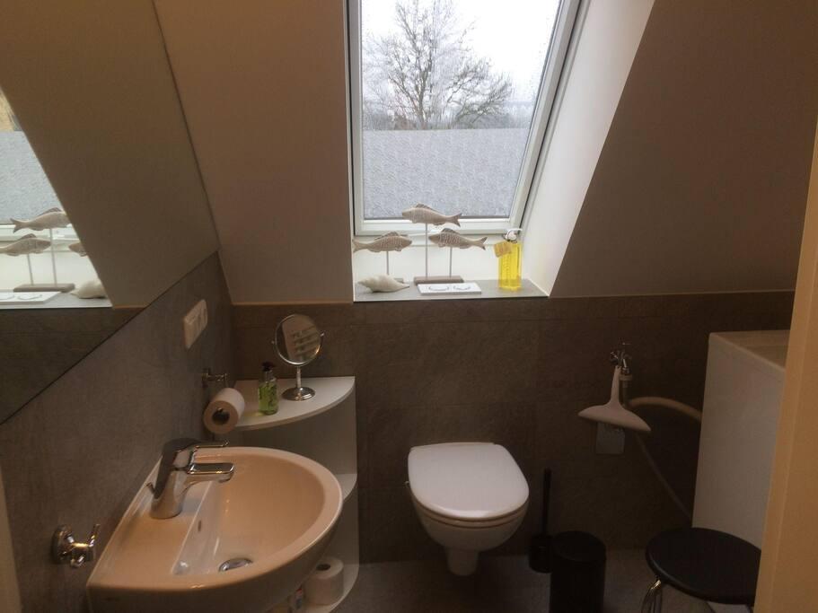 Kleines Bad mit  Waschmaschine, Waage, Fön, Dusche und Schlossblick