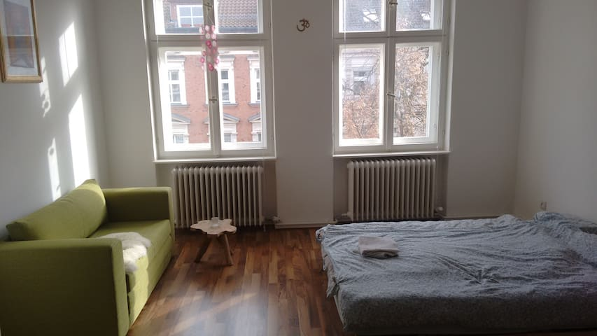 Big, cosy room in a green and calm area of Berlin - Berlijn