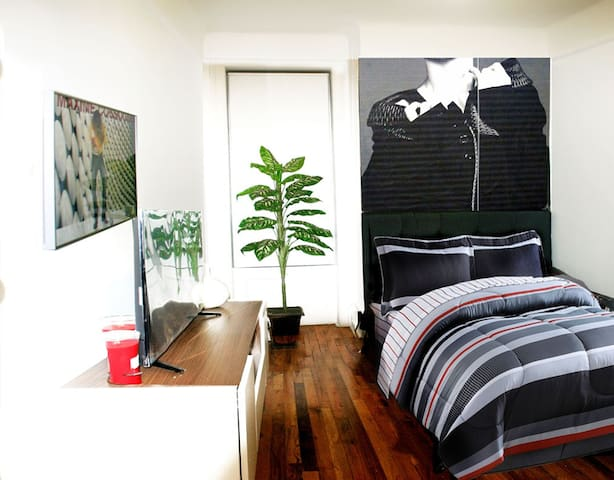 THE COOLEST BEDROOM/APARTMENT IN HARLEM.