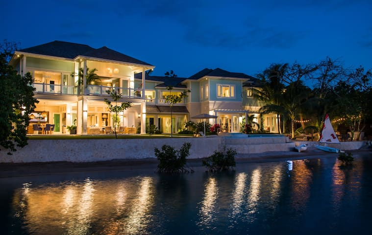 Breathtaking new 6 bedroom waterfront home - Montego Bay - Huis