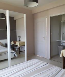 chambre au Rdc avec salle de bain