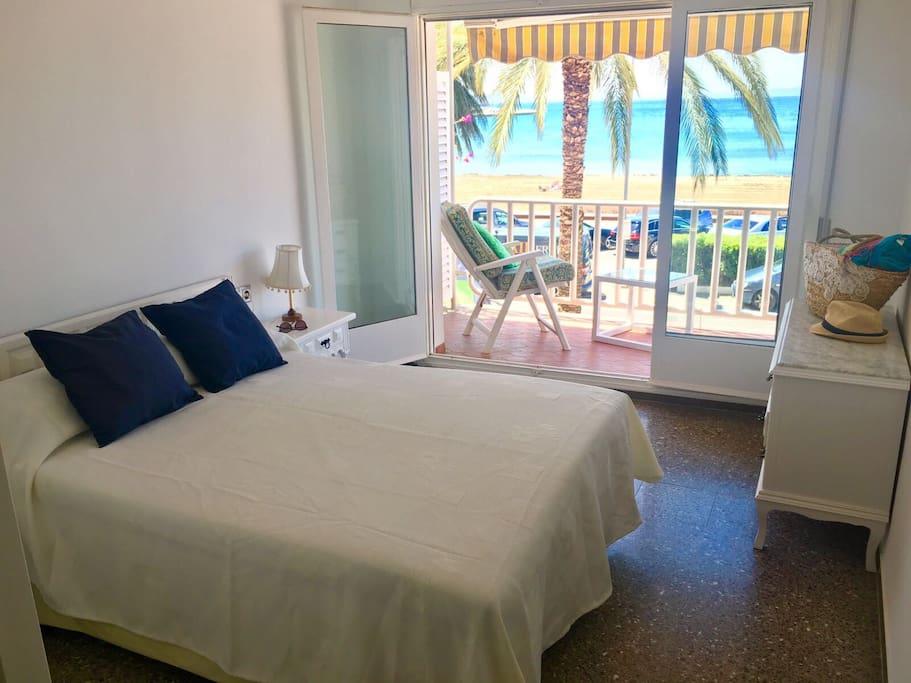 Espaciosa habitación de matrimonio con terraza y vista al mar