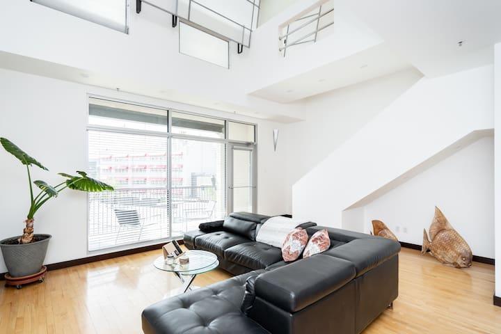 📍Designer Penthouse Loft (Heated Parking +Balcony)
