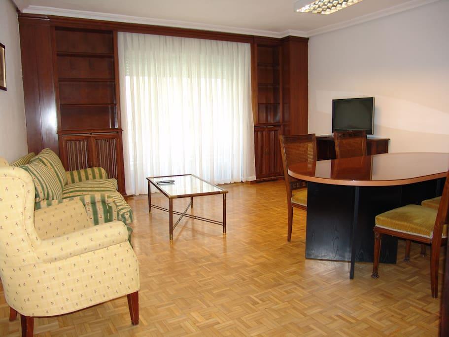 Amplio salón con mesa de comedor, televisión, wifi, Internet