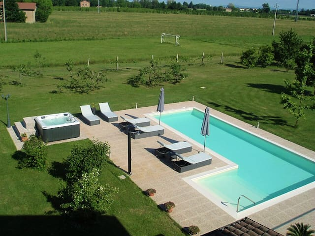 Detached villa with swimming pool. - Modène - Villa