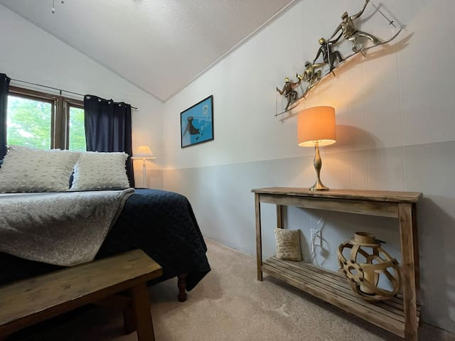 Queen Size Bed with Jack and Jill Bathroom