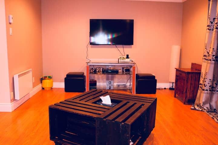 Chambre paisible et salle de séjour + commodités