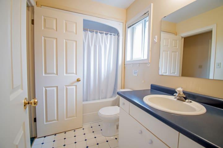 卫生间:配有三件套卫浴,提供毛巾,浴巾,卫生纸,洗发精,沐浴露,一次性牙杯