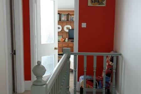 Top flr of house dbl w/ own bath/shower & kitchen - Royal Tunbridge Wells